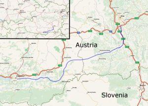 Budovaná rychlotrať Štýrský Hradec - Klagenfurt. Autor: © OpenStreetMap und Mitwirkende, CC BY-SA – Openstreet Map - http://www.openstreetmap.org/, CC BY-SA 2.0, https://commons.wikimedia.org/w/index.php?curid=20230400