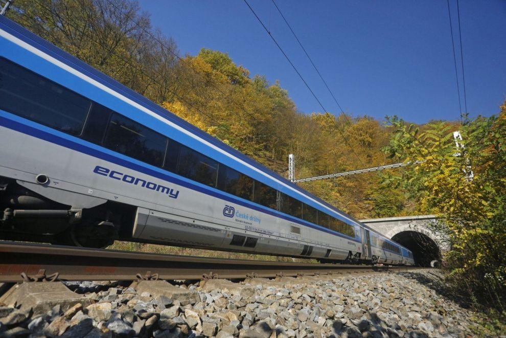 A Brno–Adamov szakasz nagyon tagolt, több alagút és sok-sok ív tarkítja (fotó: České dráhy)