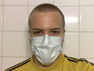 мъж с маска