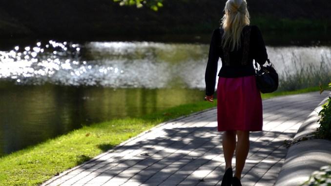 разхождаща се жена