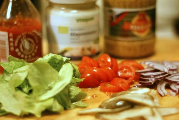 Dodatki do burgera - sos sriracha, majonez, musztarda, sałata, pomidory, cebula, korniszony