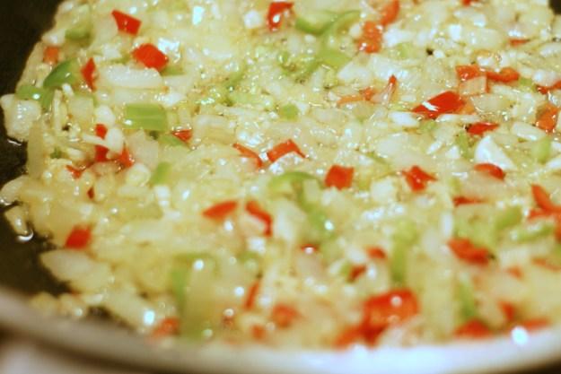 Cebula, czosnek i ostre papryczki podduszone na oliwie.