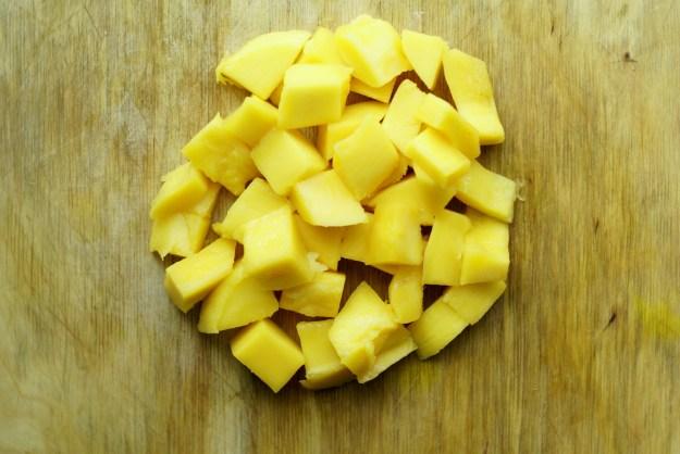 Obrane i pokrojone mango.