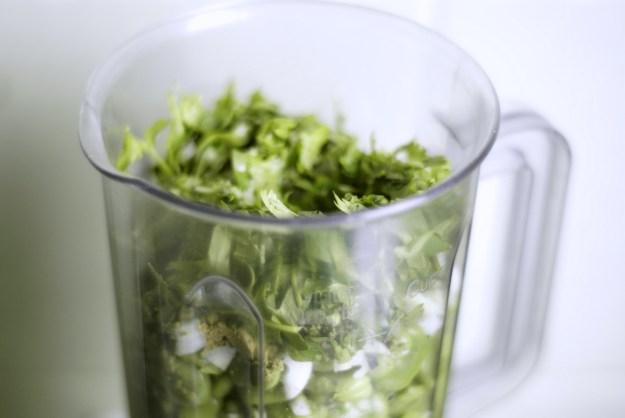 Blender ze składnikami na falafele.