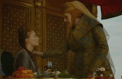 Olenna toquetea el collar de Sansa