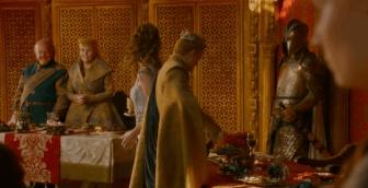 Margery deja la copa en la mesa