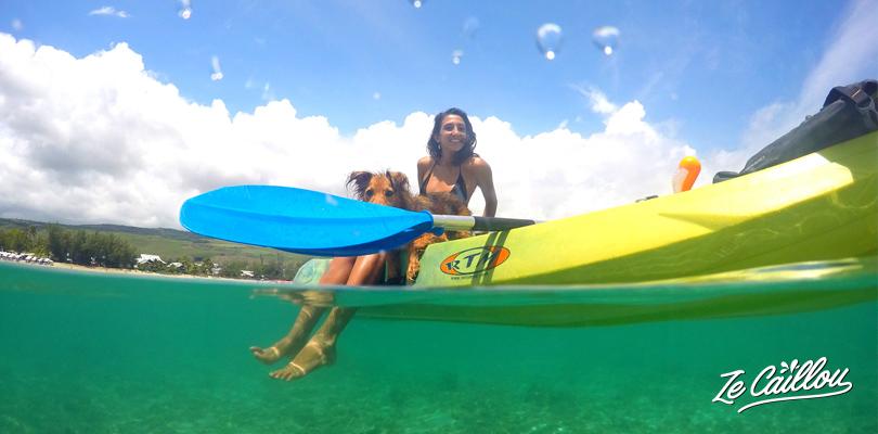 Faire du kayak dans le lagon bleu turquoise de la Saline les Bains