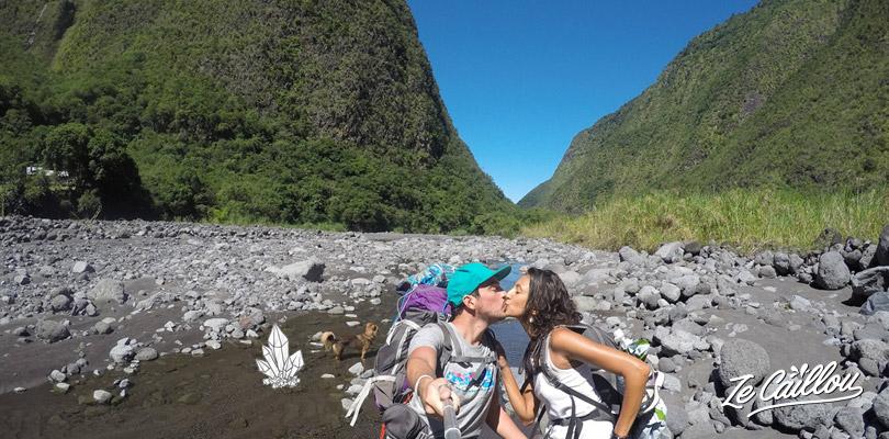 Remonter la rivière par un chemin de gros galets jusqu'au gîte de Bras de Ponto