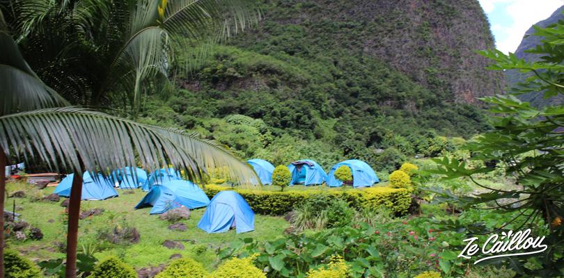 Les tentes bleues de l'auberge Ilot Paradisiaque en plein nature