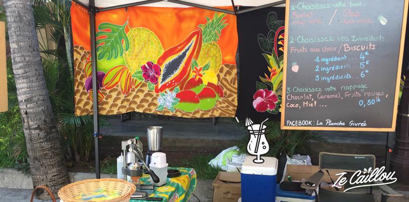 Déguster un bon jus de fruits frais sur un des nombreux marchés forains de l'île de la Réunion