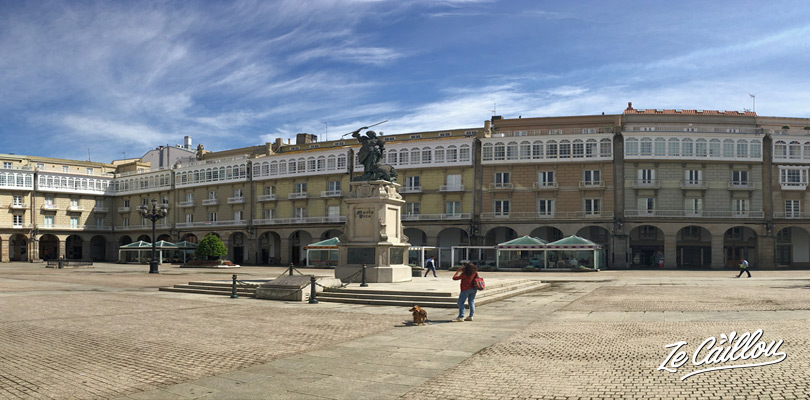 Faire le plein de tapas sur la place Maria Pita Acoruna en Galice au nord de l'espagne