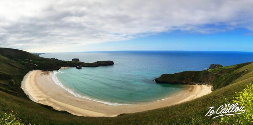 La très belle plage de surf de Torimbia en Asturie sur la cote nord de l'Espagne