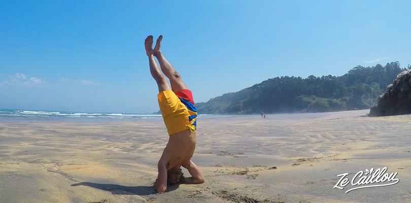 Session de yoga sur la plage de surf de Otur en Asturie dans le nord de l'espagne