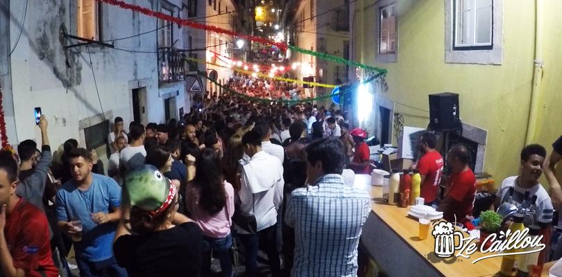 Ambiance festive et bon enfant lors des fêtes de rues dans le quartier branché du Bairro Alto à Lisbonne
