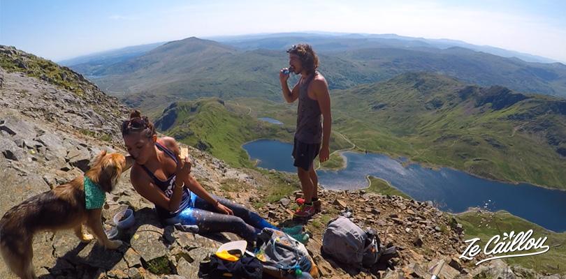 Pique-nique avant d'entamer l'arrête vertigineuse du sentier Crib Goch en direction du mont Snowdon