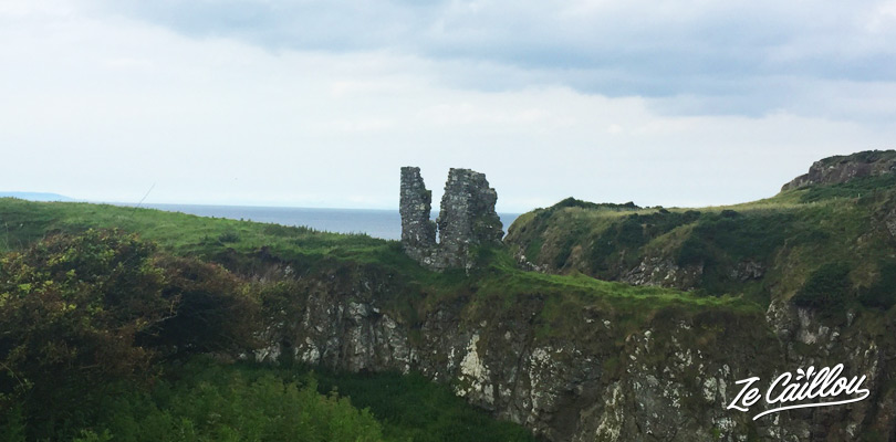 La ruine du château Dunseverick à mi-chemin de la randonnée de Carrick-a-rede à la Chaussée des Géants