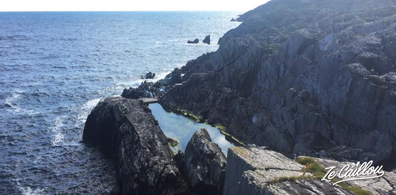 Se baigner dans la piscine naturelle ou pêcher à Crookhaven à Cork en Irlande