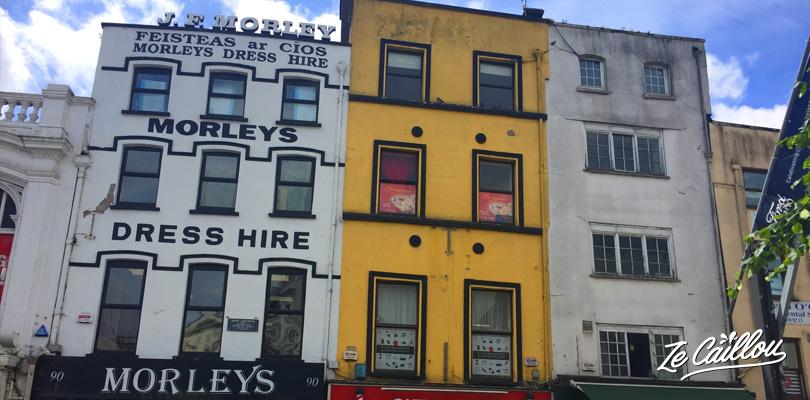 Pubs, restaurants, magasins colorés dans la ville de Cork dans le Sud de l'Irlande