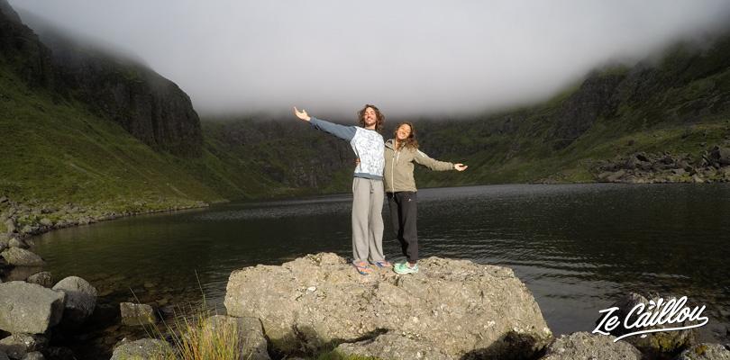 Camper seul face au lac de Coumshingaum dans le sud de l'Irlande
