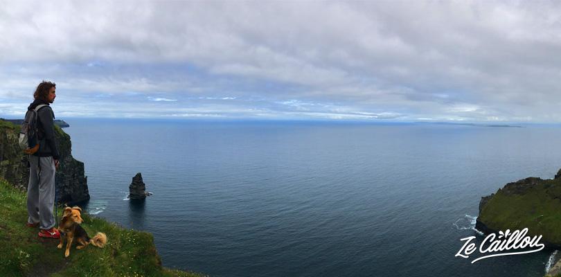 Marcher en rebord de falaise avec les merveilleux paysages de Cliffs of Moher en Irlande