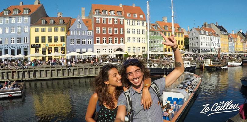Visiter la rue passante de Nyhavn dans le centre de Copenhague au Danemark