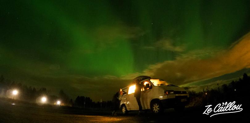 Observer les aurores boréales en Laponie pendant notre roadtrip en van en Europe.