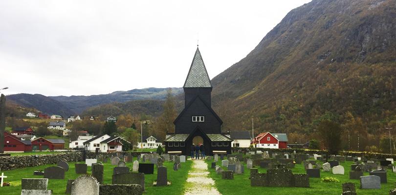 Visiter l'église en bois debout et ses portes sculptées en Norvège à Roldal