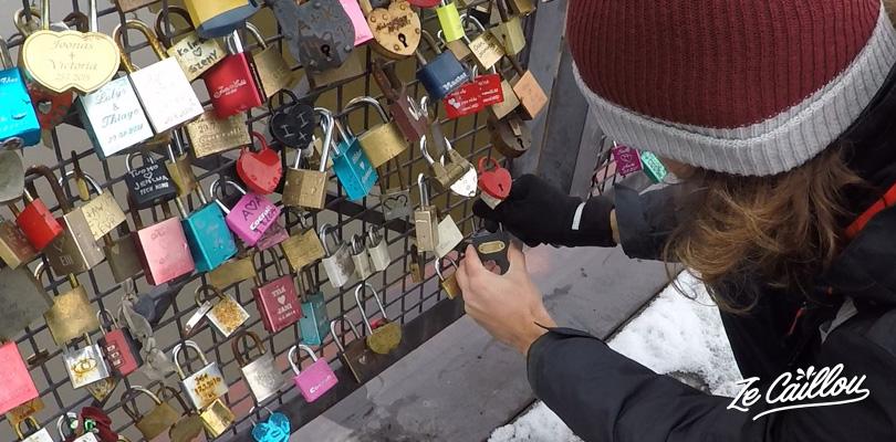 Mettre un cadenas sur le pont de l'amour finlandais à Helsinki près de la cathédrale uspenskin