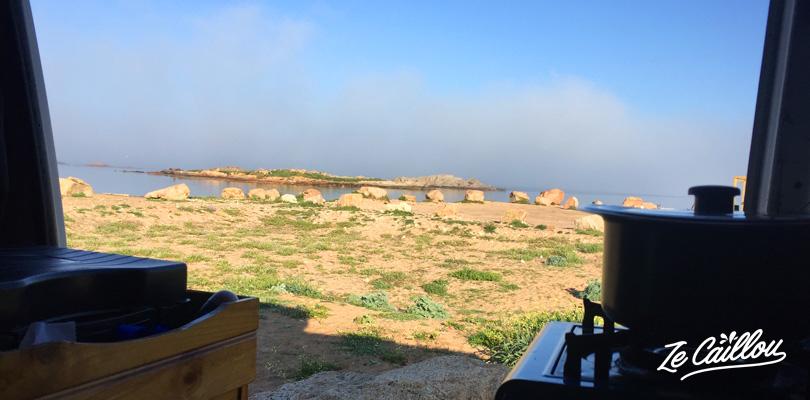Petit déjeuner face à la mer lors de notre road trip en van en Corse.