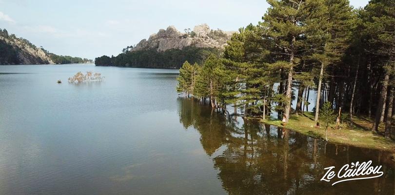 Le très beau lac artificiel d'Ospedale, proche du village de Zonza en Corse.