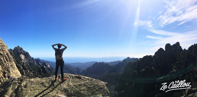 La vue imprenable du sommet des aiguilles de Bavella dans le centre Corse.