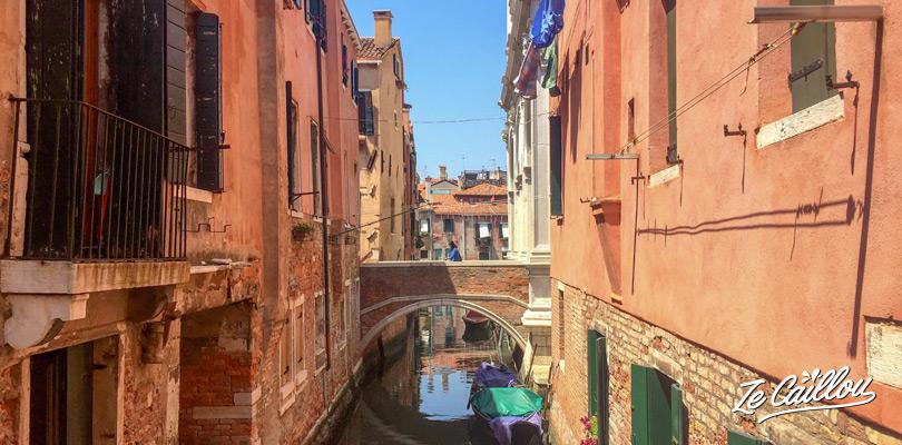 Il est tout a fait possible de visiter l'île principale de Venise à pied en 1 journée.
