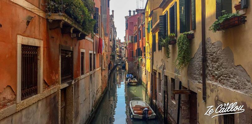 Les magnifiques petites ruelles au coeur de l'île de Venise en Italie.