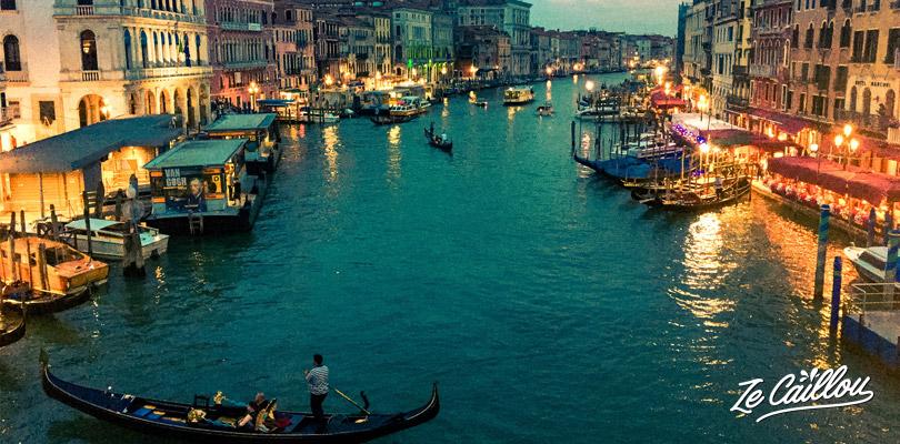 Visiter Venise en passant par le pont Rialto à la tombée de la nuit.