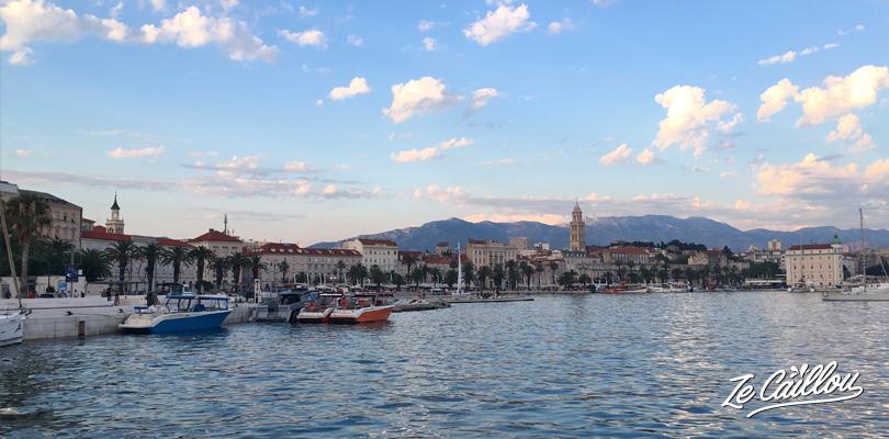 Front de mer de Split, sur la côte adriatique de Croatie lors d'un road trip en van.