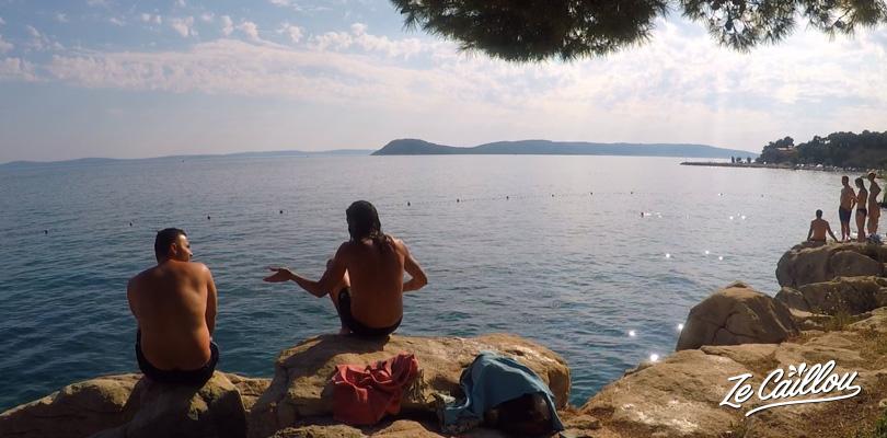 Super plage à l'ouest de Split où se baigner et prendre des douches.