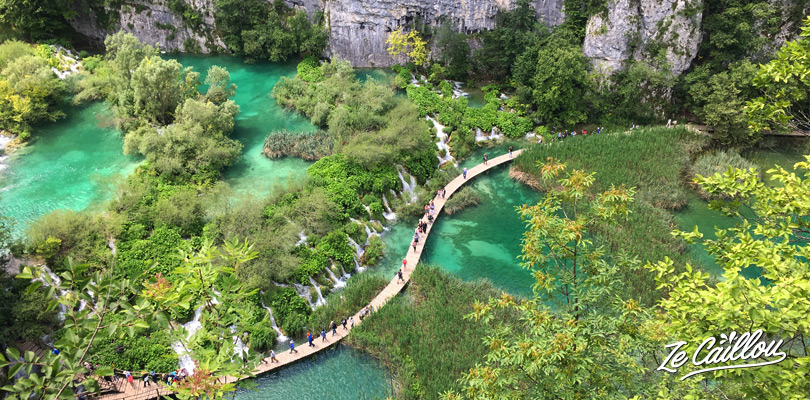 All tips and info to visit Plitvice lakes in Croatia on our travel blog.