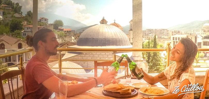 Manger avec une superbe vue à l'hôtel restaurant Pasarela à Berat en Albanie lors d'un road trip en van.