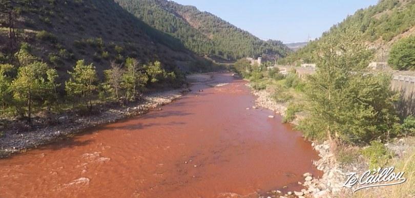 La rivière couleur rouge, terre, dans le centre de l'Albanie lors d'un road trip en van.
