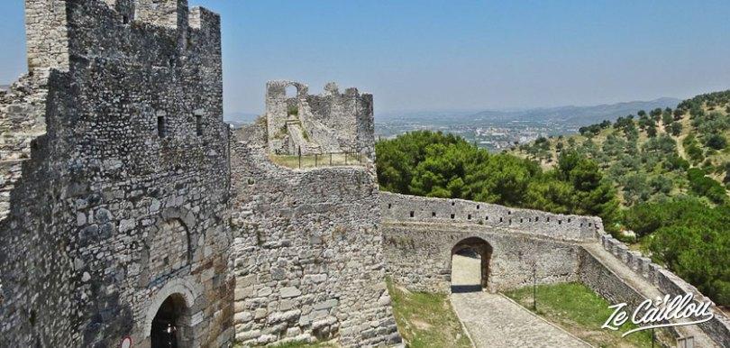 La citadelle d'Elbasan en Albanie, avec son chateau, la tour de l'horloge, la mosquée du roi, road trip en van.