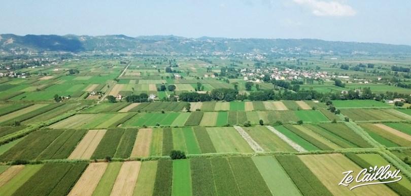 Les champs face à l'air de camping car proche de Tirana, road trip en Albanie en van.