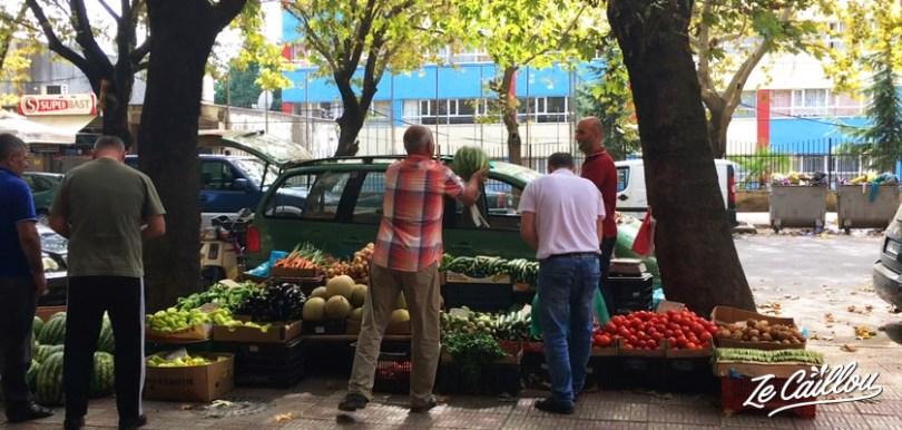 Les étales de fruits et légumes à Shkodra en Albanie avec les pastèques.