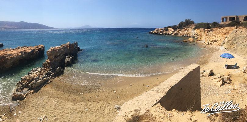 Notre petite plage tranquille, vers Alyko sur Naxos, une île grecque visitée avec notre van aménagé.
