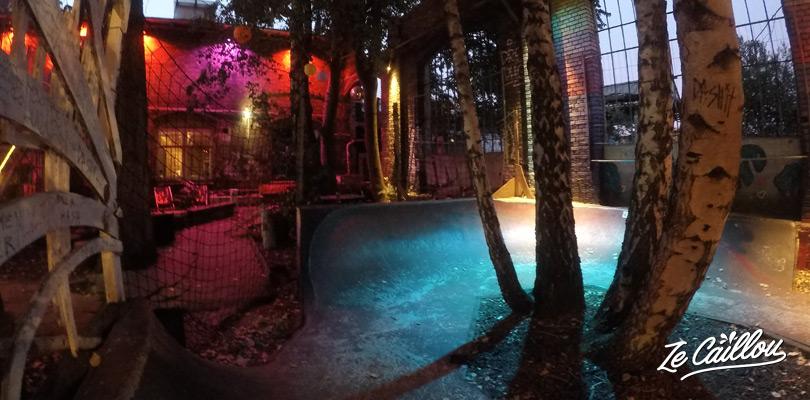 Bars extérieurs, skate parc, mur d'escalade, boite de nuit, bon spot pour sortir à Berlin.