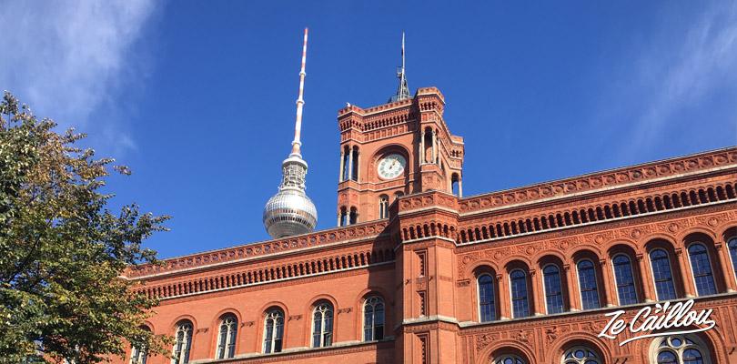 L'hôtel de ville construit en brique rouge en plein centre du quartier de Mitte à Berlin.