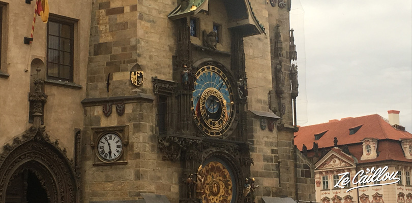 We admire the Prague's astronomical clock during our trip in Czech Republic in a van