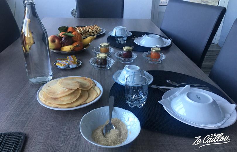 Petit déjeuner maison au réveil au gîte Au Coeur du Paradis à Cilaos.