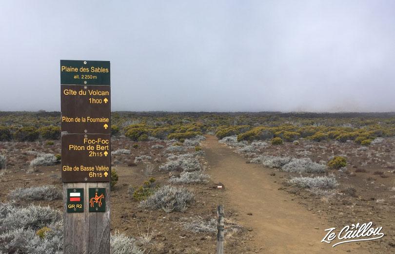 En bas de la Plaine des Sables direction le gite du volcan après 7h de marche Bourg Murat Volcan.