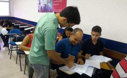Pais assinam contratos juntamente com filhos menores de 18 anos
