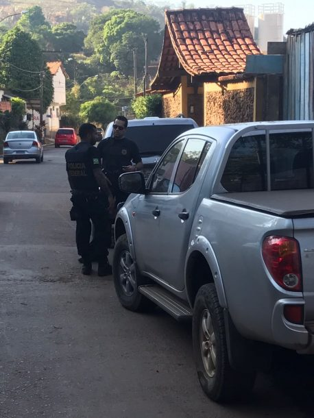 Agentes da PF cumprem mandado na Rua Marcos Freire, na Chácara do Sol